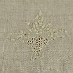 Toalha Renda Renascença bordada vaso flor bege/bege (pequena)