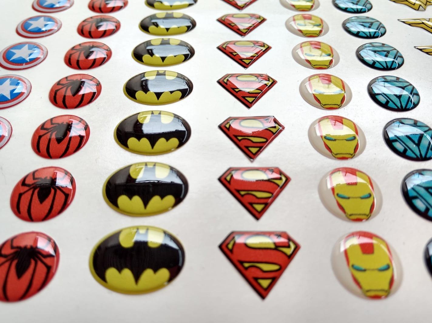 Logo super heróis resinado